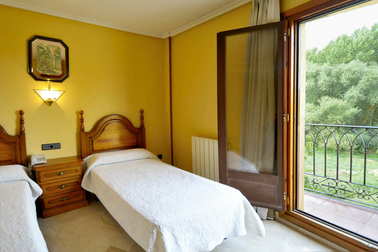 https://hostalgoyogarray.com/wp-content/uploads/2013/10/HABITACION-DOBLE-HOSTAL-GOYO-4__1300.jpg